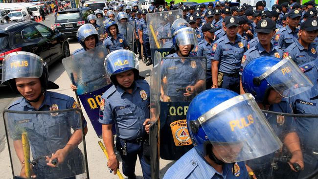 HRW melaporkan, polisi Filipina biasanya menaruh senjata, amunisi, atau paket narkoba di tubuh korban untuk menuduh mereka terlibat peredaran narkoba.