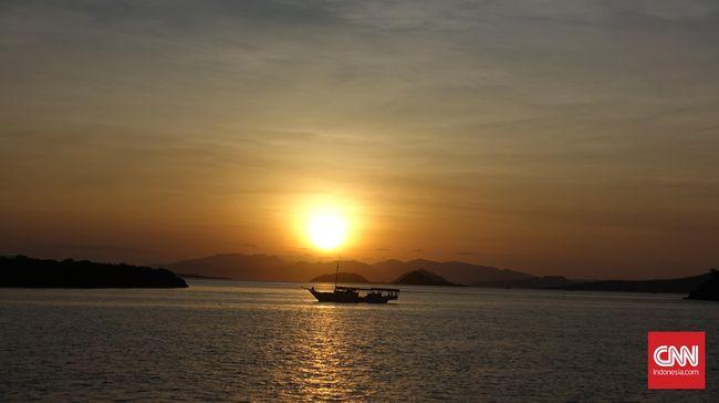 Menunggu matahari terbenam di antara Pulau Kalong dan Pulau Rinca. (CNN Indonesia/Susetyo Dwi Prihadi)