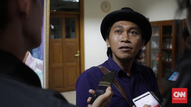 JJ Rizal dan dua orang lainnya meminta PLN ganti rugi masing-masing Rp50 juta akibat puluhan ikan koi mati saat listrik padam.
