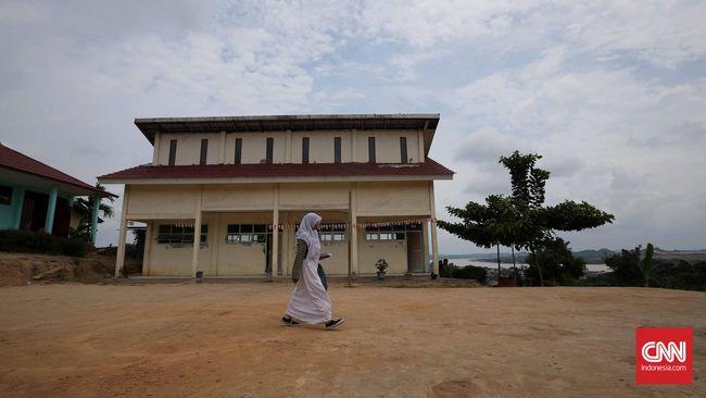 Kesetaraan perempuan tak lepas dari faktor pendidikan. Sayang, patriarki kuat dan faktor ekonomi membuat pendidikan perempuan di Indonesia tertinggal jauh.