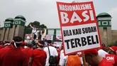 Sejumlah karyawan Telkom dan Telkomsel melakukan unjuk rasa di depan Gedung DPR memprotes rencana pemerintah menurunkan tarif interkoneksi seluler.