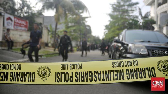 Perampok yang mengendarai sepeda motor berdasarkan rekaman CCTV telah mengikuti mobil rekanan salah satu bank itu sebelum melakukan aksinya.