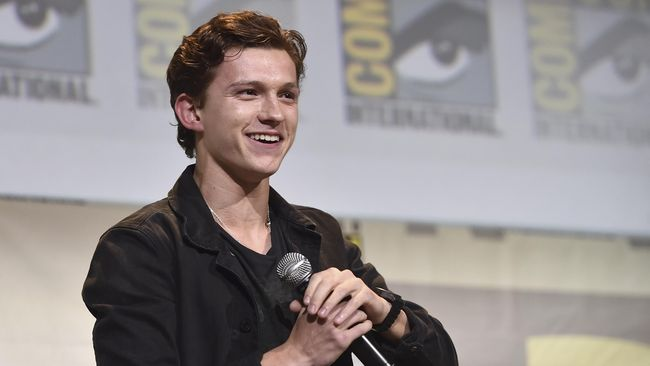 Tom Holland mengubah penampilannya menjadi botak demi peran terbaru di film Russo bersaudara, 'Cherry'.