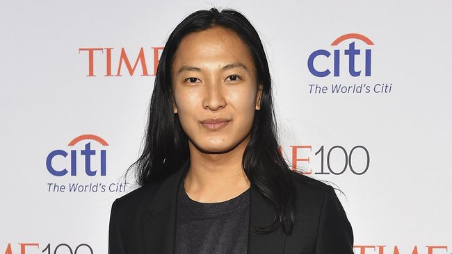 Desainer Alexander Wang membantah tuduhan pelecehan seksual yang dialamatkan kepadanya dan ramai dibicarakan di media sosial.