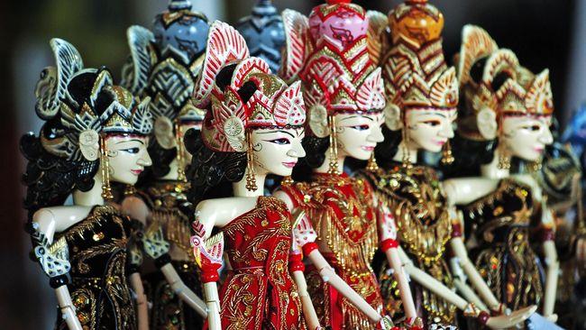 Dalang Ki Wawan Ajen punya kontribusi besar bagi wisata Indonesia, dia punya cara unik 'berjualan' lewat pertunjukkan wayang golek.