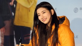 Anggota Kehormatan, Suzy Pasangkan Lencana Ke Presiden Korsel