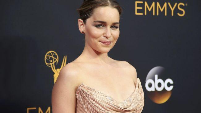 Emilia Clarke mengungkapkan alasan ia menolak bermain di film 'Fifty Shades' adalah karena lelah dengan pertanyaan soal adegan bugilnya di 'Game of Thrones'.