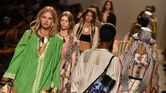 Milan Fashion Week sudah dimulai sejak Selasa (18/2). Ajang pekan mode dunia ini masih dibayangi oleh wabah virus corona atau Covid-19.