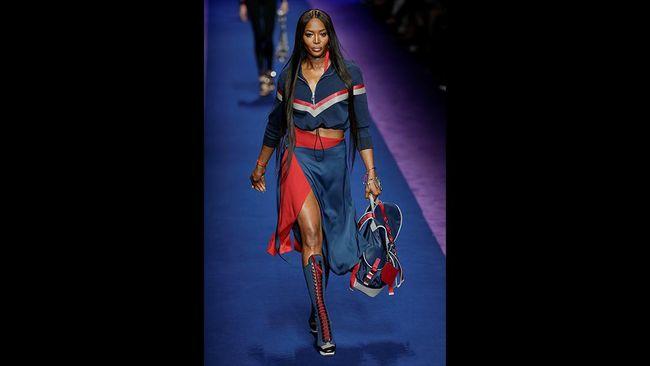 Baju-baju berbahan jersey, gaun berbahan waterproof, gaun mini yang bebas gerah menjadi titik penekanan busana 'masa depan' Versace.