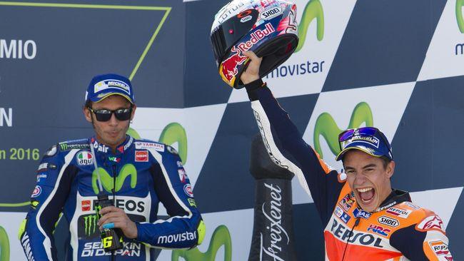 CEO Dorna Sports Carmelo Ezpeleta menganggap Valentino Rossi dan Marc Marquez hanya berusaha menutup masalah di depan publik.