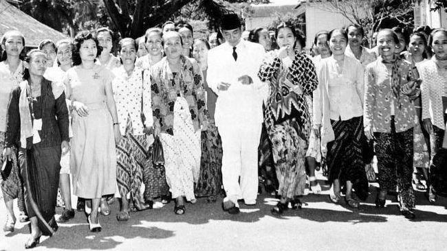 Sejarah diukir penguasa. Gerwani, organisasi perempuan terbesar pada era 1960-an yang antipoligami dan mendukung reforma agraria, sekejap dicap pembunuh keji.
