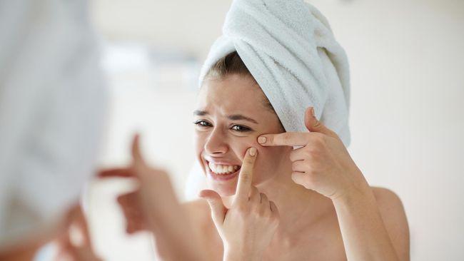 Tak hanya tubuh secara keseluruhan, kulit pun bisa mengalami dehidrasi dan mengakibatkan terganggunya fungsi sel kulit.