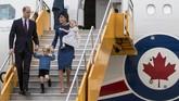Keluarga Kerajaan Inggris, Pangeran William bersama Kate Middleton dan kedua anak mereka, Pangeran George dan Putri Charlotte tiba di Bandar Udara Internasional Victoria, Kanada.Mereka berkunjung selama delapan hari di negara dengan julukan Negara Pecahan Es ini. (REUTERS/Kevin Light)