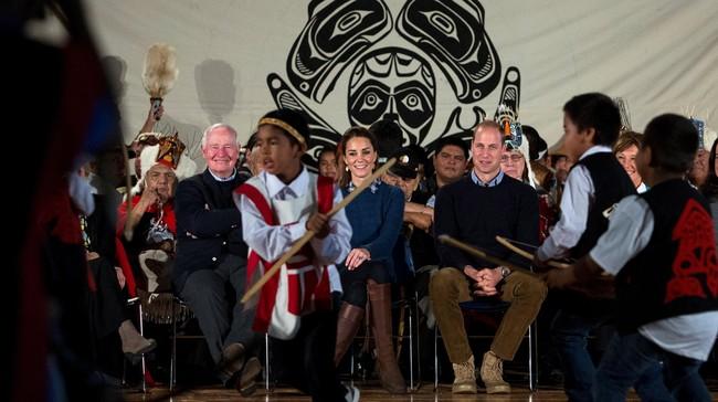 William dan Kate disambut oleh sorak-sorai ketika tiba di Wawiskas Community Hall di Bella Bella, British Columbia. Mereka bertemu anggota masyarakat dan sekitar dua lusin kepala keturunan Indian. (REUTERS/Kevin Light)