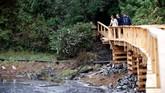 Keluarga salah satu calon pemangku takhta Kerajaan Inggris ini menyempatkan diri mengunjungi area konservasi beruang di Great Bear Rainforest di Bella Bella, British Columbia. (REUTERS/Chris Wattie)