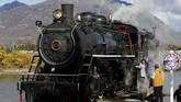 Pangeran William dan Kate Middleton mengikuti tur kereta uap di Carcross, Yukon, Canada. Carcross adalah kota kecil yang pada satu dekade lalu hanya memiliki populasi sebanyak 437 jiwa.(REUTERS/Chris Wattie)