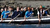 Pangeran William dan Kate juga menyempatkan diri mengikuti wisata kano saat mendatangi Haida Gwaii di Skidegate, British Columbia, Kanada.(REUTERS/Chris Wattie)