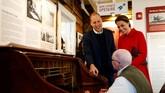 Pangeran William dan Kate berbicara dengan operator telegram yang sudah berusia 90 tahun, Doug Bell, di MacBride Museum, Whitehorse, Yukon. Telegram nirkabel Yukon ini terbilang sangat melegenda karena menjadi teknologi penting pada Perang Dunia II. (REUTERS/Chris Wattie)
