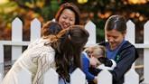 Kate Middleton bercanda dengan Putri Charlotte saat adik dari Pangeran George itu terlihat gemas memegang kelinci. Sebuah pesta anak-anak digelar di rumah pemerintah kota Victoria, British Columbia. (REUTERS/Chris Wattie)