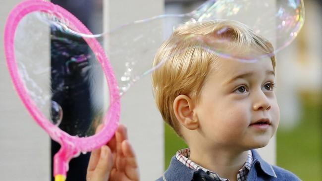 Wajah menggemaskan Pangeran George terlihat sepanjang hari saat bermain dalam pesta anak. Bocah berusia tiga tahun iniberkali-berkali terlihat gembira saat bermain dengan buih-buih sabun. (REUTERS/Chris Wattie)