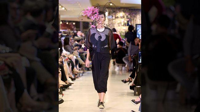 Sembari membayangkan wanita dan bunga, Rinaldy A. Yunardi juga berimajinasi seandainya bunga melahirkan sebuah nada sehingga lahir Flower Extravaganza.