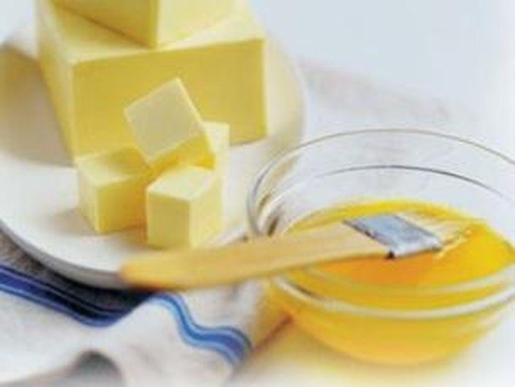 Agar tak menunggu lama, tambahkan 1 sendok teh minyak untuk lelehkan mentega dan cegah pemanasan yang terlalu tinggi. Foto: Getty Images