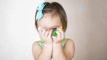 Anak Tutupi Wajah dengan Baju Saat Bertemu Orang Baru? Ini Artinya