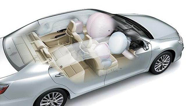 Toyota membenamkan lima airbag keselamatan untuk semua varian New Camry, termasuk emergency brake signal dan assist control.
