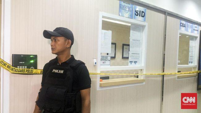 Operasi tangkap tangan dilakukan di lantai 6 dan lantai 12 Gedung Kemhub. Selain menemukan uang, polisi menangkap calo dan pegawai yang diduga melakukan pungli.