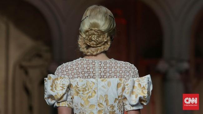 Lewat tajuk 'Aristokrat', Sebastian Gunawan mendefinisikan kembali gaya feminin lewat nuansa bias gender yang terinspirasi kaum borjuis Italia.