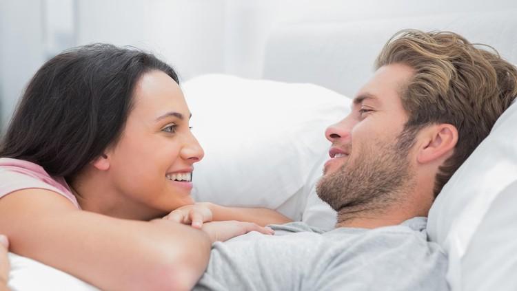 Suami istri tinggi badannya terpaut jauh? Posisi seks yang tepat bisa membuat hubungan intim jauh lebih menyenangkan.