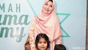 Kehebohan Puput Melati Siapkan Hari Pertama Sekolah 3 Putrinya