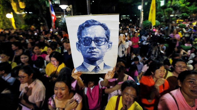 Tangis rakyat Thailand langsung pecah setelah pengumuman kematian Raja Bhumibol Adulyadej pada Kamis.