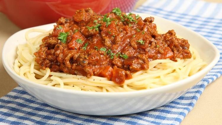 Untuk menu makan siang si kecil, kita bisa coba bikin resep spaghetti bolognese ala Thalita Latief nih, Bun. Yuk simak cara membuatnya.