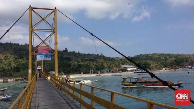 Jembatan yang menghubungkan pulau kecil, Nusa Lembongan dan Nusa Ceningan, di selatan Bali, ambruk. Tujuh orang dilaporkan tewas dalam kejadian tersebut.