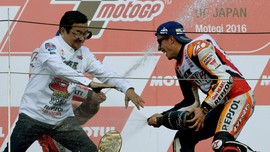 Foto Terbaik Petaka Rossi dan Puncak Dunia Marc Marquez