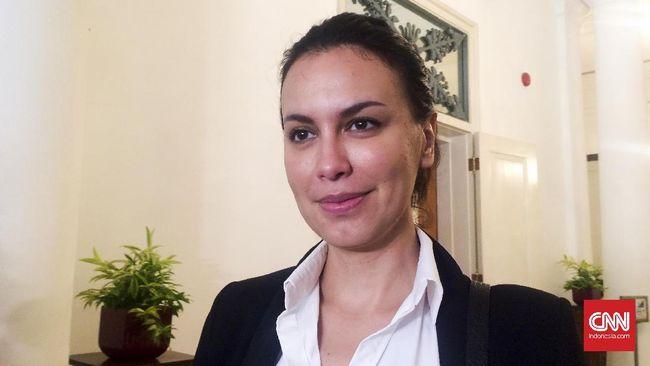 Sophia Latjuba menemani Gubernur DKI Jakarta Basuki Tjahaja Purnama berkegiatan. Mulai dari meresmikan RPTRA hingga bekerja di Kantor Balai Kota, Selasa (18/10).