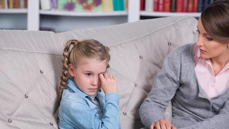 Mengajarkan anak disiplin penting banget. Tapi ingat, bukan berarti orang tua pakai kekerasan lho.
