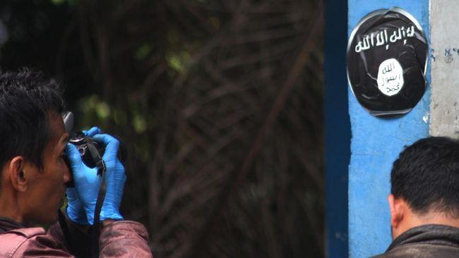 Petugas tim identifikasi Polres Tangerang melakukan olah TKP penyerangan brutal dengan senjata tajam terhadap anggota kepolisian di Cikokol, Tangerang, Banten, Kamis (20/10). Pelaku teror yang diduga simpatisan ISIS melakukan penusukan terhadap Kapolsek Tangerang dan dua anggota satlantas Polres Tangerang, dan lebih lanjut pihak kepolisian mengamankan barang yang diduga bom serta senjata tajam. ANTARA FOTO/Muhammad Iqbal/aww/16.