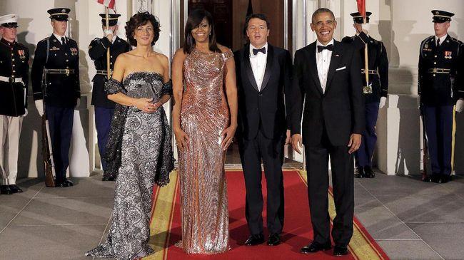Dalam makan malam terakhir kenegaraan keluarga Obama, Michelle Obama terlihat seksi dan memesona dengan gaun rose gold dari Atelier Versace.