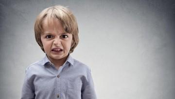 3 Cara Mengatasi Anak yang Suka Memukul dan Menendang