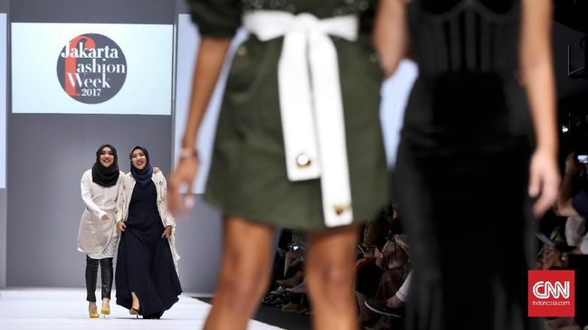 JFW 2017 memakai 230 model, dengan 70 jadwal pagelaran mode, tiga ribu outfit, dari ready-to-wear, modest wear, haute couture, dan aksesori.