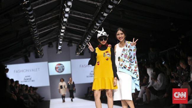 Meski sudah memiliki nama dan jam terbang tinggi di dunia mode, seorang desainer belum tentu langsung lulus seleksi panitia fashion week.