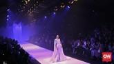 Perhelatan hari pertama Jakarta Fashion Week atau JFW pada Sabtu (22/10) dipungkas secara dramatis oleh Tex Saverio.