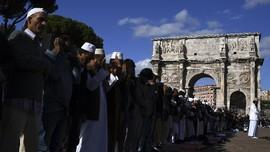 Demo Penutupan Masjid, Muslim Italia Salat Jumat di Koloseum