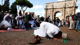 Protes Penutupan Masjid, Umat Muslim Italia Salat di Koloseum
