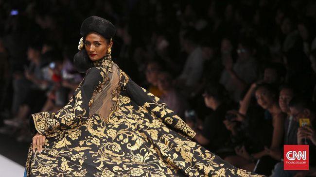 Bagi Laura Muljadi, menjadi model bukan sekadar mengenakan busana karya desainer ternama, tapi memberikan 'nyawa' pada busana.