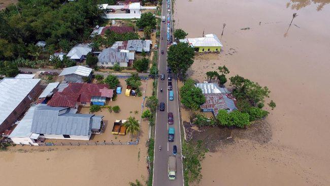 Banjir merendam tiga desa di Kabupaten Gorontalo, Jumat (17/9) siang. Sebanyak 275 kepala keluarga dengan total 929 warga terdampak banjir.