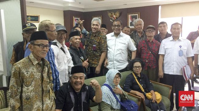 Forum '65 menolak pengangkatan Soeharto sebagai pahlawan nasional karena disebut sebagai pelanggar HAM dan akan menyakiti hati keluarga korban.