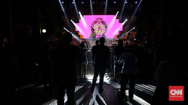 Tata cahaya panggung Distric mengajak penonton berlama-lama berdiri menikmati musik pada perhelatan Synchronize Festival, Gambir Expo Jakarta, Jumat, 28 Oktober 2016. Ada empat panggung yang disediakan bagi penonton dengan pilihan genre musik. CNN Indonesia/Safir Makki
